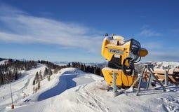 Brunnach Ski Resort, St Oswald, Carinthia, Áustria - 20 de janeiro de 2019: Vista da estação superior Brunnach a água ajardinada fotografia de stock royalty free