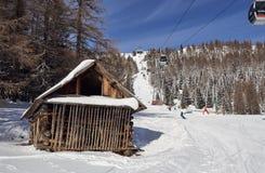 Brunnach Ski Resort, St Oswald, Carinthia, Österrike - Januari 20, 2019: Fångade en tappningkabin i skogen bredvid lutningen royaltyfri bild