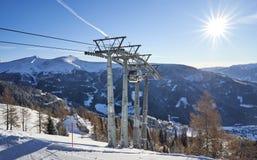 Brunnach Ski Resort, St Oswald, Carinthia, Austria - 20 de enero de 2019: Visión en los pilares pasados del top de la góndola de  foto de archivo