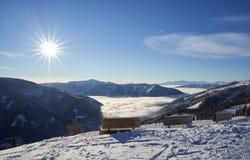 Brunnach Ski Resort, St Oswald, Carinthie, Autriche - 20 janvier 2019 : Vue de station de dessus de Brunnach vers le bas dans la  image libre de droits