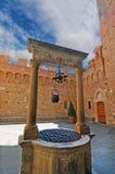 Brunnar i borggården av Palazzoen Chigi Saracini i Siena arkivfoton
