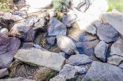 Brunnen als Gartendekor von den Steinen stockfotografie