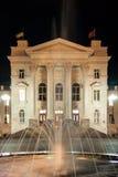 Brunnen auf dem Hintergrund der historischen Gebäude nachts Lizenzfreie Stockfotos