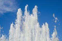 Brunnen auf dem Hintergrund des Himmels Lizenzfreie Stockfotografie