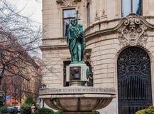 Brunnen auf dem Hintergrund die Fassade von Stadt-Ervin Szabo Library in Budapest Lizenzfreie Stockfotografie
