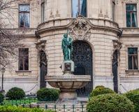 Brunnen auf dem Hintergrund die Fassade von Stadt-Ervin Szabo Library in Budapest Stockfotos