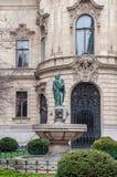 Brunnen auf dem Hintergrund die Fassade von Stadt-Ervin Szabo Library in Budapest Stockfoto