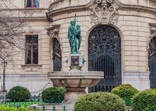 Brunnen auf dem Hintergrund die Fassade von Stadt-Ervin Szabo Library in Budapest, Ungarn Stockbild