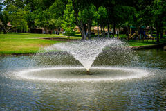 Brunnen auf Teich Lizenzfreie Stockbilder
