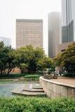 Brunnen bei Hermann Square und Gebäude in im Stadtzentrum gelegenem Houston, Texas lizenzfreie stockfotografie
