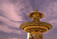 Brunnen beim Place de la Concorde in Paris bis zum Nacht, Frankreich Lizenzfreie Stockbilder