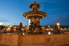 Brunnen beim Place de la Concorde in Paris bis zum Nacht, Frankreich Lizenzfreies Stockfoto