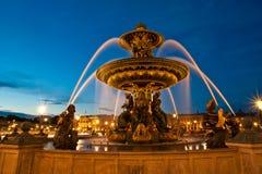 Brunnen beim Place de la Concorde in Paris bis zum Nacht, Frankreich Lizenzfreie Stockfotos