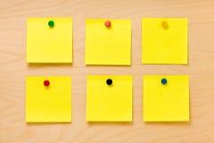 Brunnen bestellte gelbe Haftnotiz-Sammlung Stockfotografie
