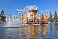 Brunnen-Brunnen-Freundschaft von Nationen mit Regenbogen lizenzfreie stockfotos