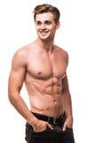 Brunnen byggde den shirtless muskulösa manliga modellen mot vit bakgrund Fotografering för Bildbyråer