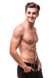 Brunnen byggde den shirtless muskulösa manliga modellen mot vit bakgrund Royaltyfri Bild