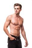Brunnen byggde den shirtless muskulösa manliga modellen mot vit bakgrund Royaltyfri Fotografi