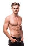 Brunnen byggde den shirtless muskulösa manliga modellen mot vit bakgrund Royaltyfria Bilder