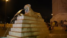 Brunnen der Löwen in der Rom-Nachtansicht stock footage
