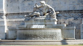 Brunnen an der linken Seite des Altars des Vaterlands in Rom Italien stock video