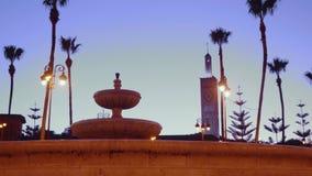 Brunnen in der Mitte der Stadt, wenn Licht geglättet wird stock footage
