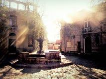 Brunnen in der Stadt mit Sonne lizenzfreies stockfoto
