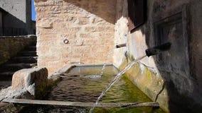 Brunnen, der Wasser wirft stock footage