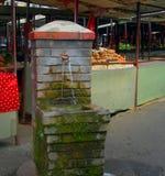 Brunnen des öffentlichen Wassers, der Hahn mit Wasser läuft im Stoß badet Lizenzfreie Stockfotos