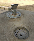Brunnen des öffentlichen Wassers in einem Park im Freien lizenzfreie stockfotos