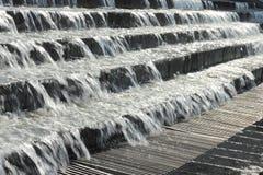 Brunnen des fließenden Wassers Stockbilder