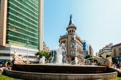 Brunnen des Jahrhunderts verziert mit den Skulpturen, die vier Kontinente auf Rambla-Nova in der Handelsmitte von darstellen stockbild
