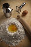 Brunnen des Mehls für Teigwaren und Nachtische Lizenzfreie Stockfotos