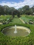 Brunnen in einem Garten Stockfotos