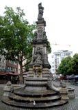 Brunnen in einem kleinen Quadrat in Köln, Deutschland Lizenzfreie Stockfotos