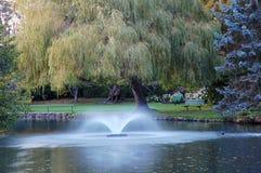 Brunnen in einem Park Stockbilder
