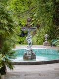 Brunnen in Form von Engeln in einem grünen Stadtpark lizenzfreie stockfotos