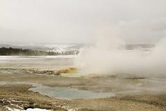 Brunnen-Geysir mit den kleineren Schloten, die an der Brunnen-Farbe PO ausbrechen lizenzfreie stockbilder
