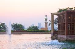 Brunnen im AlAzhar Park mit einer Moschee hinter ihr Lizenzfreie Stockfotografie