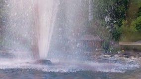 Brunnen im Garten Nahaufnahme des Wassers gießend aus dem Brunnen im Freien stock video