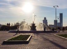 Brunnen im Hintergrund des Sun- Cityleutelebens stockfotos