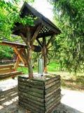 Brunnen im Hinterhof eines Klosters Stockbilder