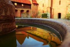 Brunnen im Hof des Schlosses Malbork Stockfoto