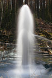 Brunnen im Holz Schöne Landschaft Lizenzfreies Stockfoto