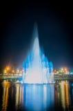 Brunnen im Nachtpark Stockfotos