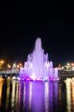 Brunnen im Nachtpark Stockbild