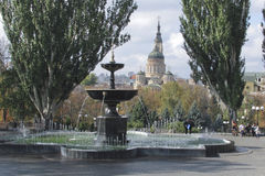Brunnen im Park gegen den Hintergrund der Kathedrale Stockfotografie