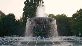 Brunnen im Stadtparkspritzwasser-Stadtzentrum, Sonnenuntergang stock video footage