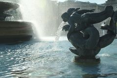 Brunnen im Trafalgar-Platz, London, England stockfotos