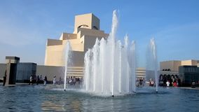 Brunnen am islamischen Kunst-Museum, Doha, Katar stock video footage